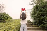 七夕美女拿爱心表白图片
