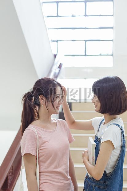 大学下课女闺蜜整理头发图片