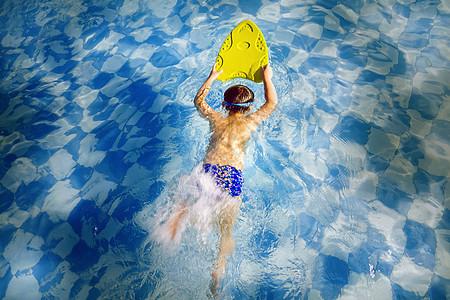 用浮板游泳的孩子图片