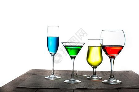 装着各种颜色饮料的杯子图片