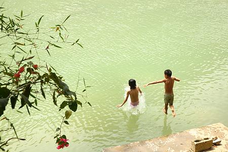 溪水里的孩子图片