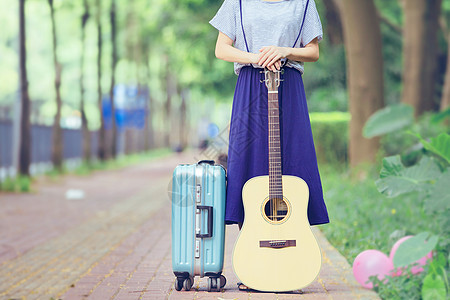 小道上的吉他女孩行李箱图片