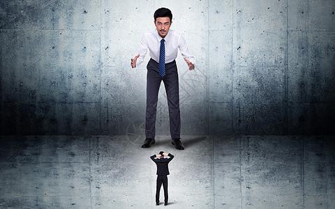 面对别人恐吓的商务男士图片