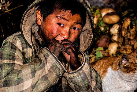 吃糖的彝族孩子图片