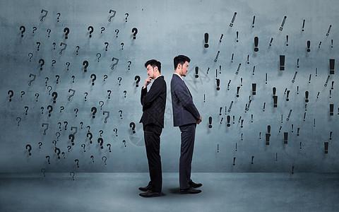 面对问号感叹号两个商务男士背景图图片