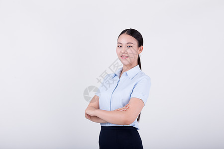 双手抱胸的自信职业女性图片