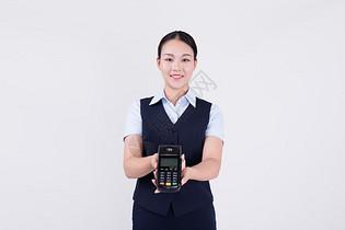 展示POS机刷卡的客服职业女性图片