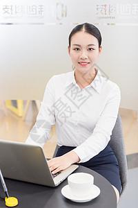 会议室里忙碌办公的职业女性图片
