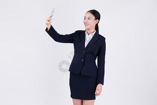 职场白领拿手机自拍拍照图片