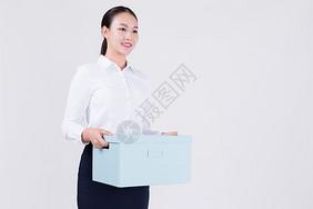 拿着收纳箱的商务女性图片