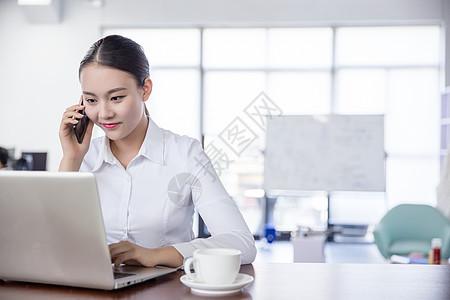 开放区域办公打电话的白领女性图片