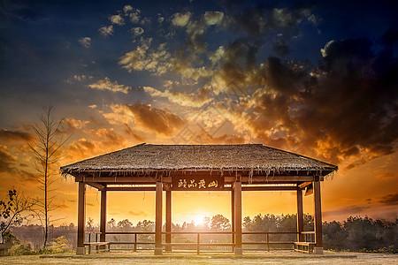 黄昏中的亭子图片