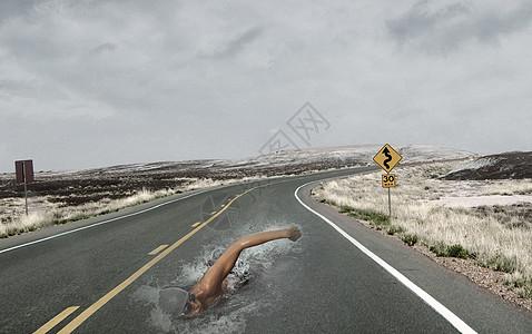 在高速公路上比赛的游泳选手图片