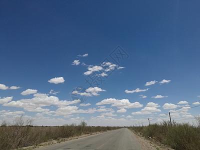 白云朵朵飘在道路的远方图片