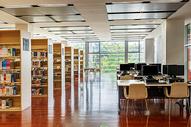 宽敞明亮的图书馆阅览室图片