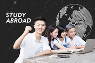 黑板前出国学习的大学生图片