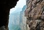 河南新乡万仙山的悬崖峭壁图片