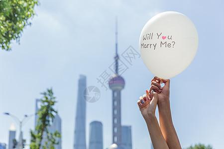 上海情侣手举求婚气球素材图片