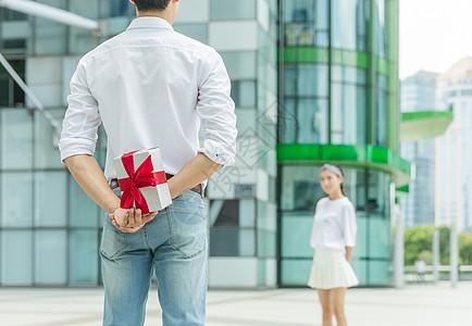 情人节男人给女人准备礼物图片