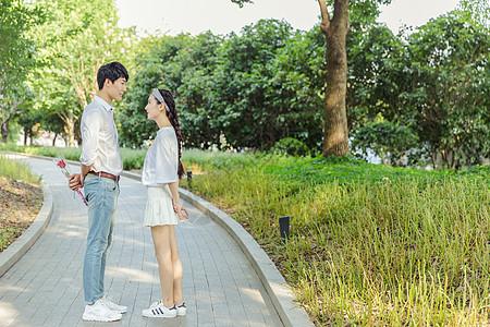 年轻情侣公园送玫瑰花图片