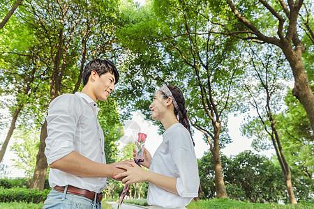 年轻情侣男人送女人玫瑰图片