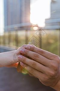 情人节逆光求婚戴戒指素材图片
