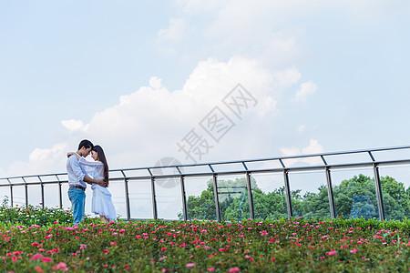 情人节花园情侣浪漫相依图片