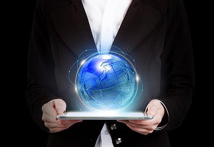 手拿平板照射不同的世界网状系统图片