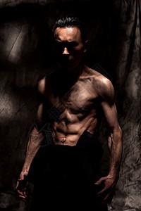 好身材的肌肉青年图片