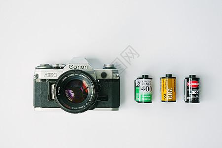 复古的胶片照相机和胶卷图片