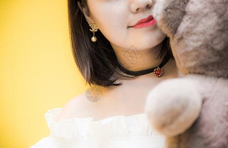 抱小熊的女孩子图片