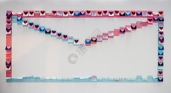 墙壁上贺卡组成的信封形状装饰图片