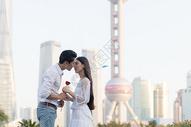 年轻情侣拥抱亲吻图片