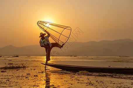 茵莱湖渔夫捕鱼表演图片