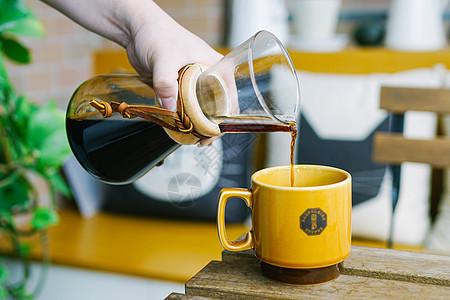 缓慢倒咖啡图片