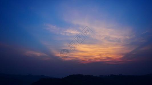 晚霞火烧云山脉天际线图片