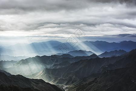 山间光影图片