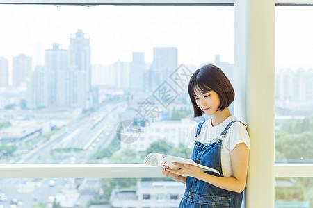 大学女生教学楼学习看书图片