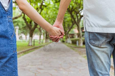 情人节校园情侣牵手图片