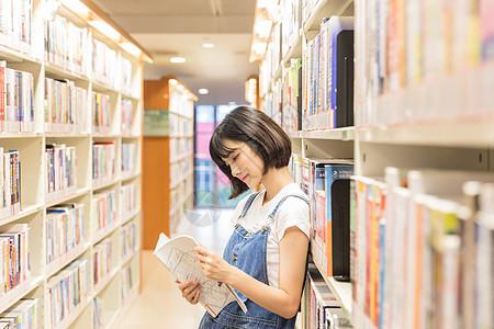 大学女生图书馆学习图片