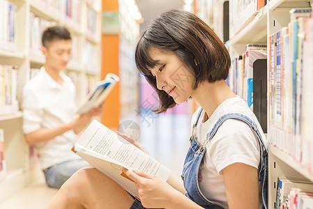 大学男女同学图书馆学习图片