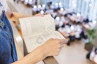大学女生图书馆看书图片