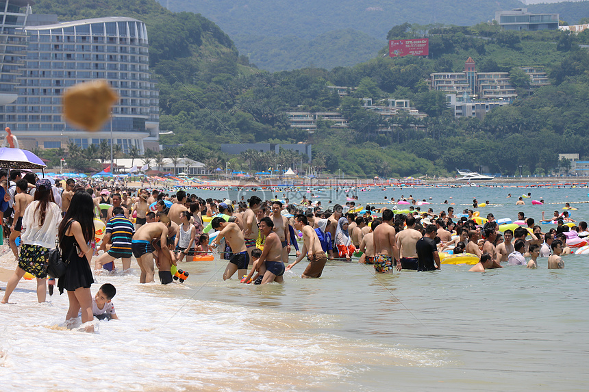 海边游泳的人图片