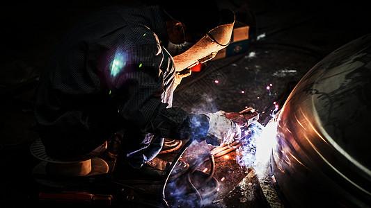 焊接中的焊工图片