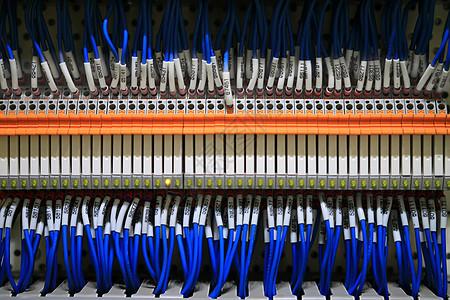 整齐且密集布置的电线图片