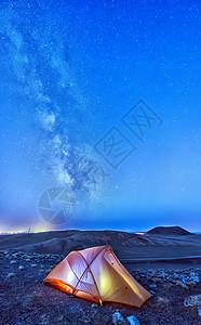 火山草原下露营图片