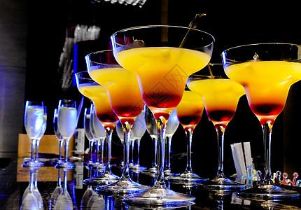 排列着的鸡尾酒饮料图片
