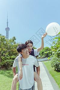 情人节公园情侣背起玩气球图片