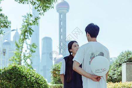 情人节公园情侣藏气球图片