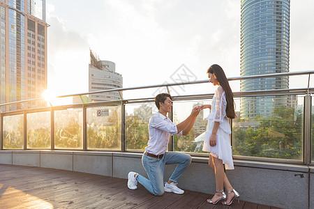 情人节情侣夕阳下求婚图片